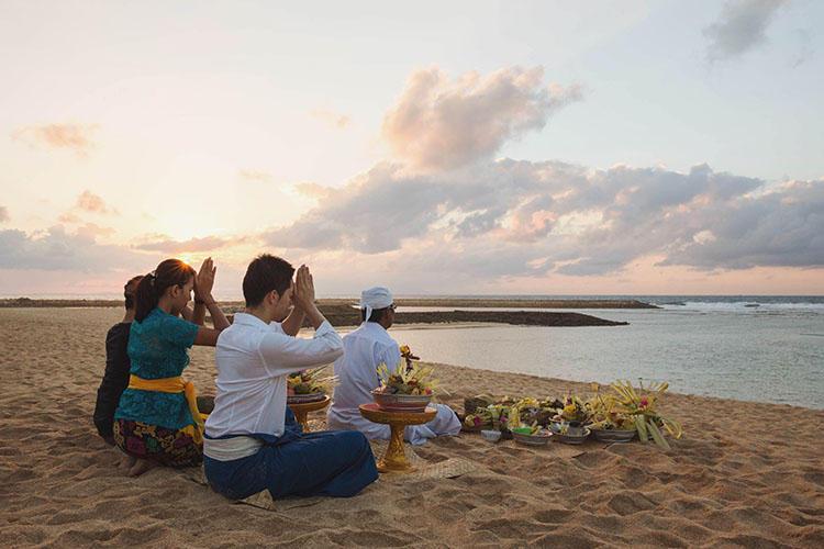 インド洋に向かって祈りを捧げる「魂の浄化儀式」。