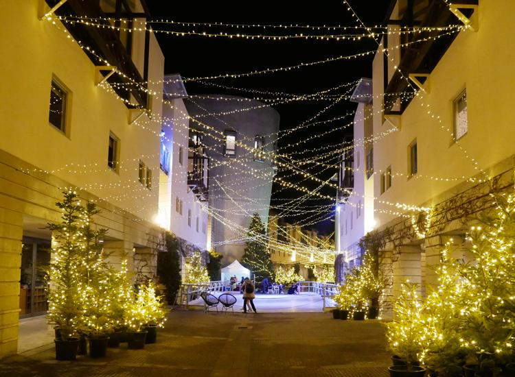 リゾナーレ八ヶ岳のメインストリート「ピーマン通り」。左右にはレストランやカフェが軒を連ね、季節ごとに様々なイベントが開催されている。時間や天候によって表情が変わるのも魅力だ。