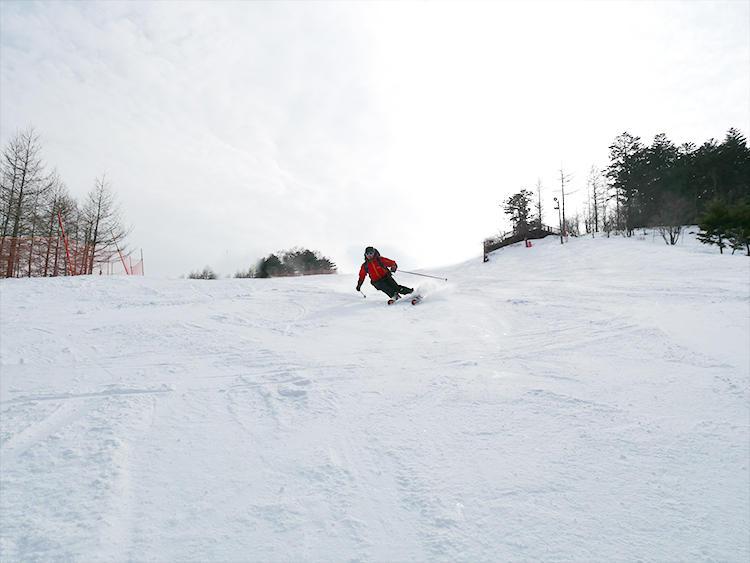 無料レンタルを終えたら、無料送迎の「スキーシャトルバス」に乗り、いざスキー場へ。目の前に広がる八ヶ岳連峰を望みながらの滑走は格別!