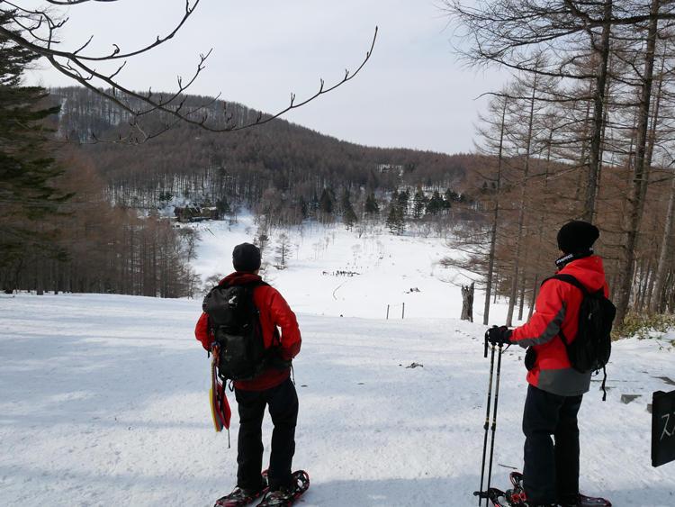 雪山を散歩する「絶景スノーシュー」。時間や体力とも相談しながらコースを決めてくれるので、スノーシュー初体験の編集部員でも安心して楽しめた。