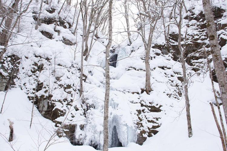 氷爆の奥に流れる滝を望む。純白と氷壁の三位一体が美しい。
