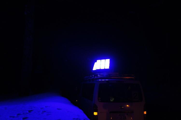 ライティングは写真のような専用車両で行われる。