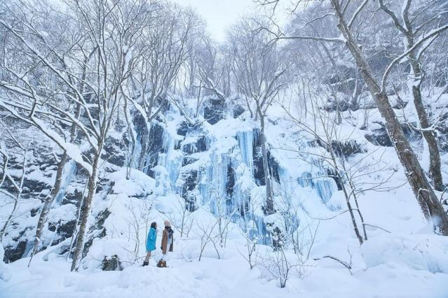 """スノーシューで奥入瀬渓流を望む。自らの""""足""""で行き着くからこそ感じる息吹や感動がある。"""