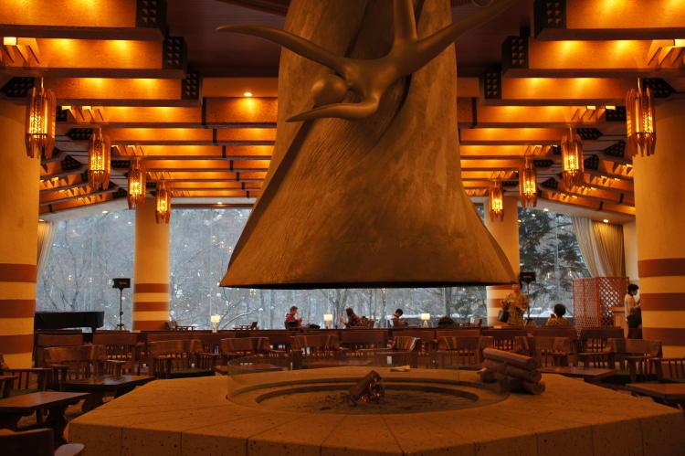 芸術家岡本太郎の遺作「花神」が鎮座する、ホテルのアクティビティ受付ロビー「花神の間」