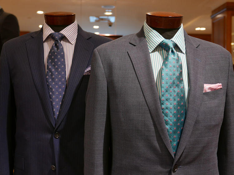 グリーンやパープル、同系色のトーン オン トーンの組み合わせ例。