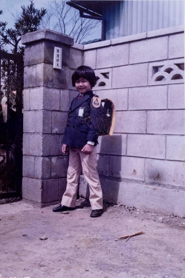 ピカピカの一年生だった頃。このブレザーが好きすぎて、擦り切れるまで着ていたそうだ。