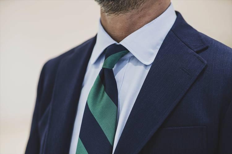 「レジメンタルストライプのタイは、ストライプの傾斜が英国とは逆のアメリカンスタイルにしています」(猿渡さん)。ラウンドカラーのシャツも、さりげなく洒落っ気を演出。