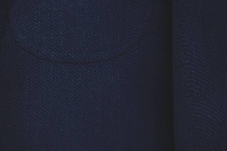 生地はアメリカ製。明るいブルーに白い糸をわずかに入れたメランジ調の色味が個性を発揮する。