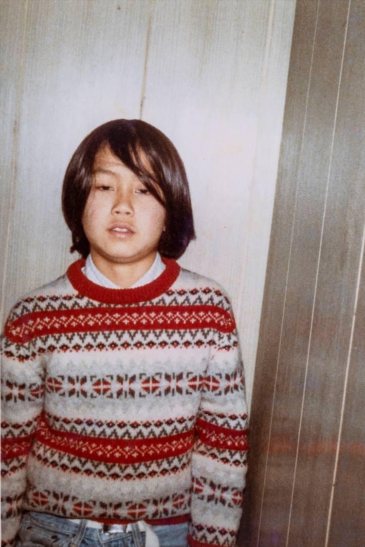 10歳〜11歳頃に撮影された1枚。ロングヘア、ノルディックセーターと、オシャレに関心が高いことが伝わる。