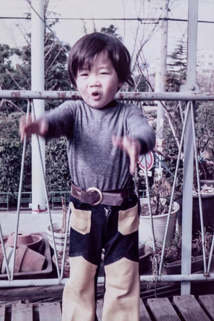 1974年に撮影。ベルトやジーンズに、当時の流行が存分に反映されている。