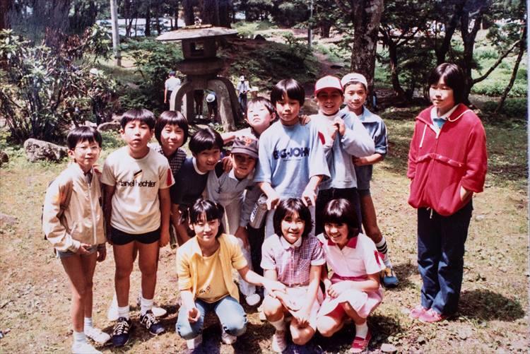 後列に並ぶ子どもの右から3番目が猿渡さん