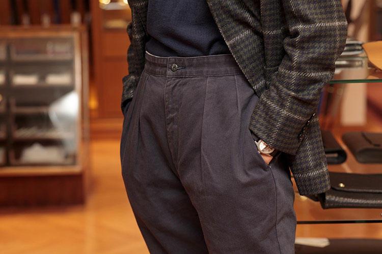 '90年代のポロ ラルフ ローレンのコットンパンツは古着で購入。「いま、深い股上が新鮮です」。ボリューミーだったパンツは裾幅18cmのテーパードシルエットに修正したほか、ベルトループをすべて外す修理を施し、ベルトレス仕様にカスタマイズされている。
