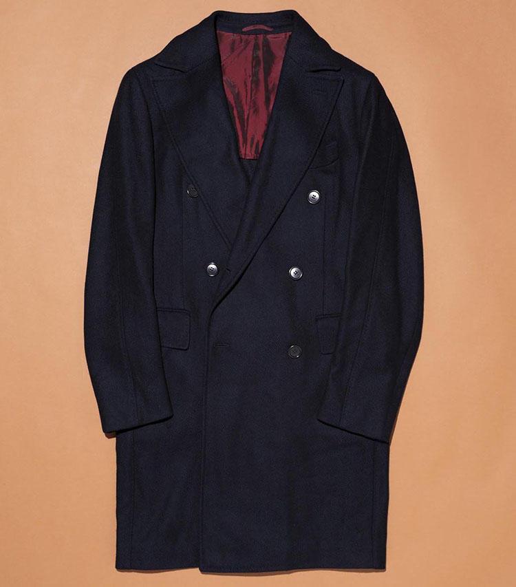 「スティレ ラティーノ」のコート。およそ10年前に初めてコートをビームスで取り扱った時の一着。素材は英国テーラーアンドロッジのウールカシミアを使用している。普遍的なデザインはいつ着ても古く見えない良さがある。