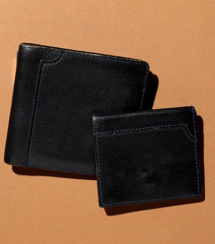 「ジョンロブ」のウォレットとコインケース。15年ほど愛用中。「いまでは廃盤となってしまいましたが、その良さは色褪せることがありません」