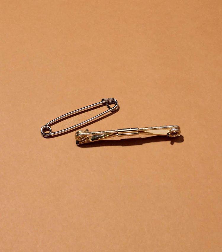 「ビンテージのカラーピン」'60年代のアメリカ製。装飾品ではなく襟周りの小道具も欠かさない。