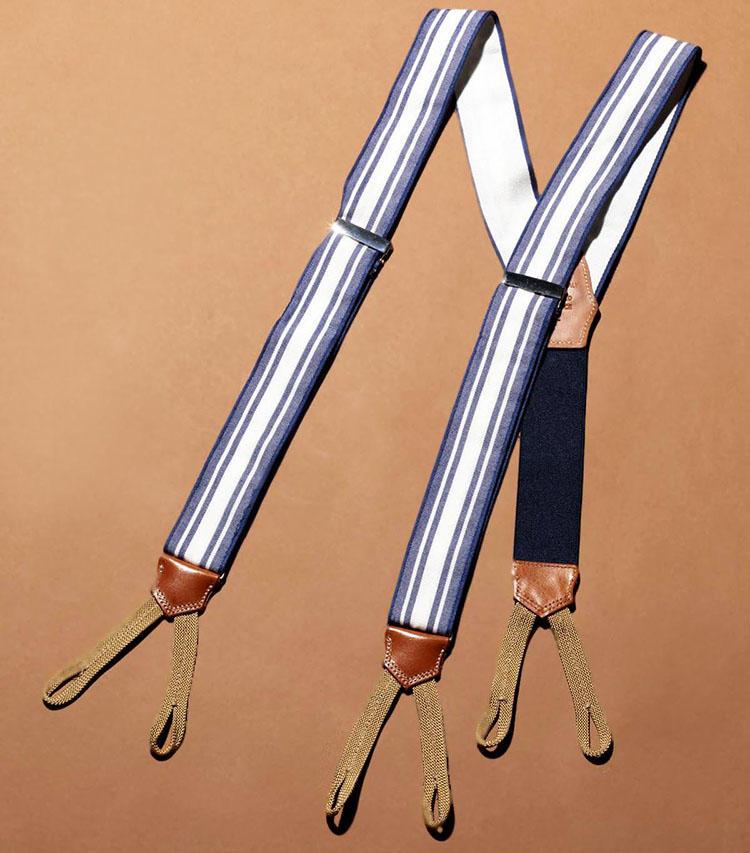 パンツがベルトレスの仕様ゆえ、「ブリューワー」のサスペンダーを添えて。爽やかな白とブルーのストライプは好感度高し。