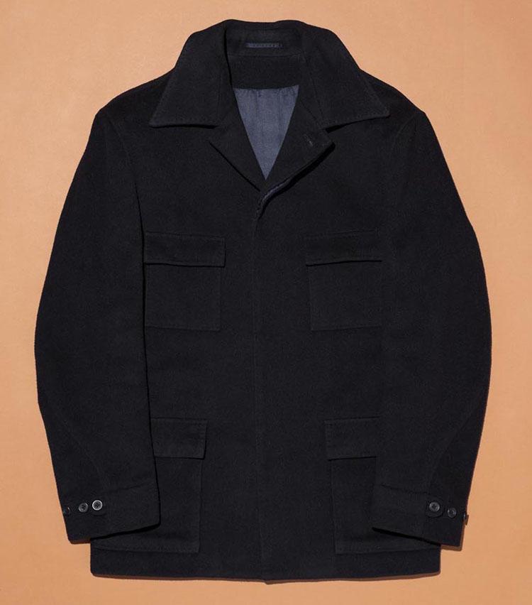 「キルガー・フレンチ・スタンバリー」のジャケット。英国老舗テーラーのサファリジャケットはハンドメイドを駆使したテーラードならではの立体的な作り。