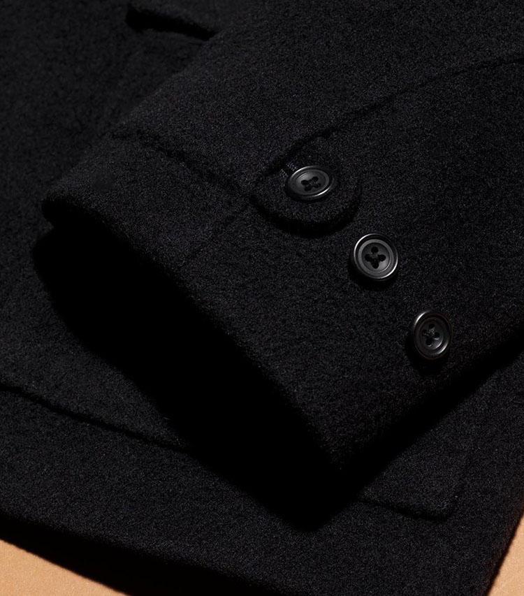 袖口は3段階に止められるボタン付きの凝った仕様。