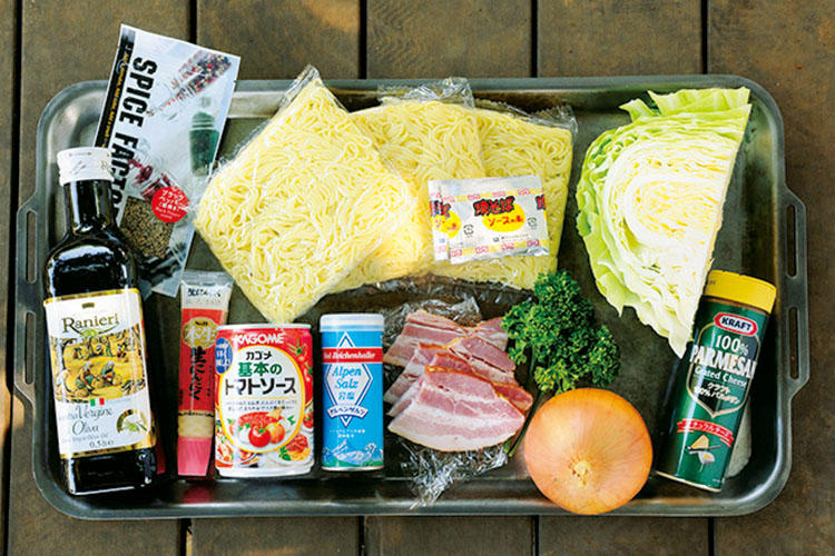 【材料】焼きそば(粉末ソース付き)、ベーコン、キャベツ、玉ねぎ、パセリ、黒胡椒、塩、オリーブオイル、トマトソース(缶)、粉チーズ、にんにくチューブ