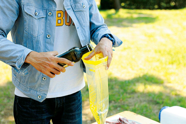2:ジップロックにハーブとにんにくチューブ、オリーブオイル、塩胡椒したラムチョップを入れる。