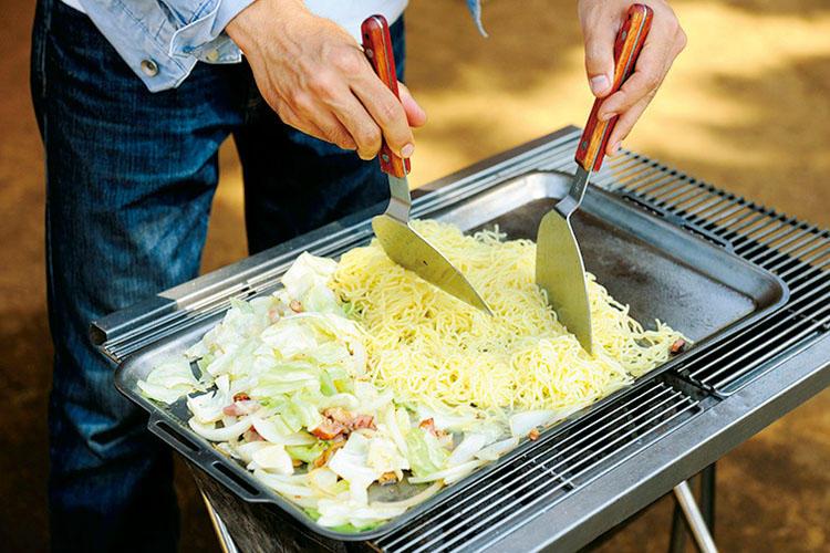 2:鉄板にオリーブオイルを引き、ベーコンを炒め、玉ねぎ、キャベツの順に炒める。