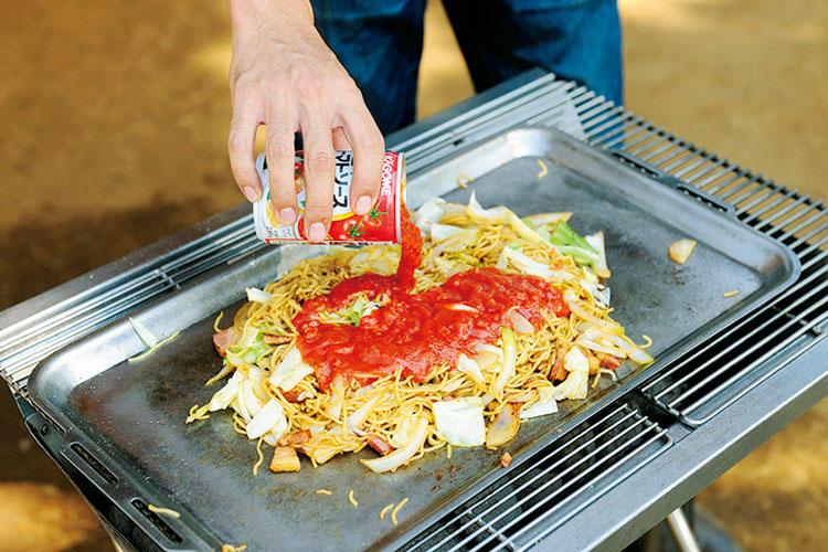 4:仕上げにトマトソース缶、パセリと粉チーズを投入して完成!