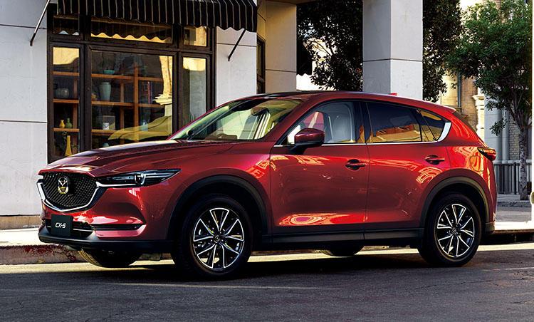 <strong>マツダ CX-5<br />249万4800円〜</strong><br />マツダが独自に磨き挙げてきた総合技術「スカイアクティブテクノロジー」など、高い技術力が光る都市型SUV。サイズは一般的だが車高のおかげでアイポイントが高く、女性も運転しやすい。ライバルより若干割高だが、それだけの価値が詰まった1台だ。