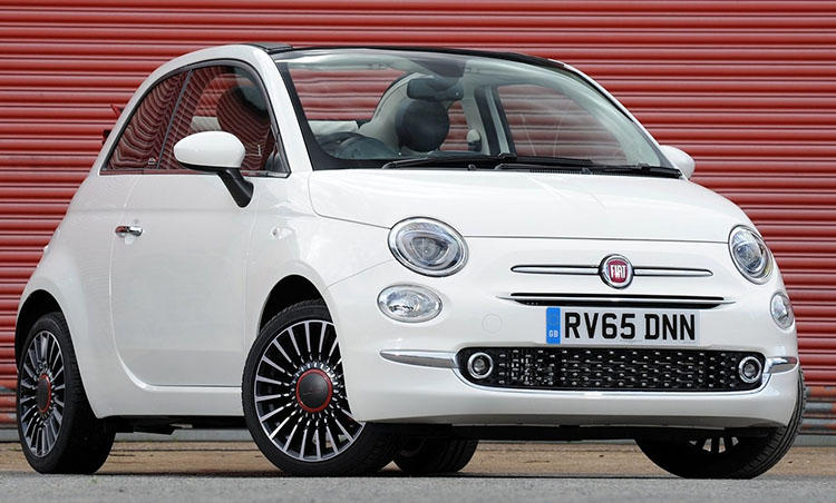 <strong>フィアット 500<br />199万8000円〜</strong><br />500のイタリア語読みである「チンクエチェント」の愛称で知られるコンパクトモデル。全長3.5mのコンパクトな2ドアボディは入り組んだ街中でも苦にせず運転でき、女性からの人気も非常に高い。見た目だけでなく画期的な2気筒エンジンを選べば、燃費性能は24km/L!