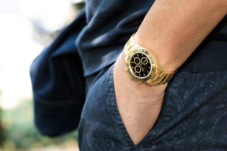 お父様の形見だというロレックスのデイトナ。「金の腕時計を付けても馴染む年齢になりました。」