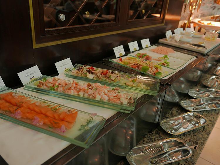 サラダなども小皿に取り分けられる。