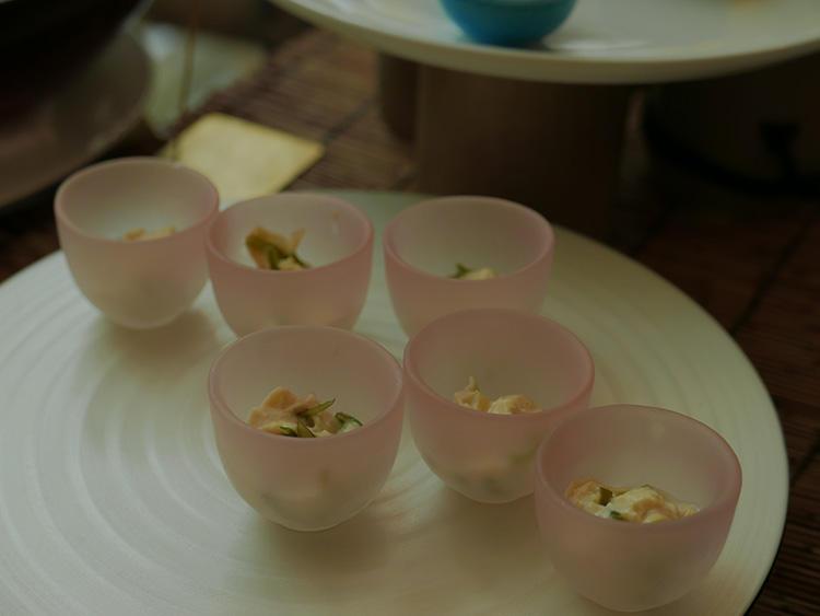小皿に盛り分けるのはかなりの手間がかかるそうだが、これも「おもてなし」の一環だ。