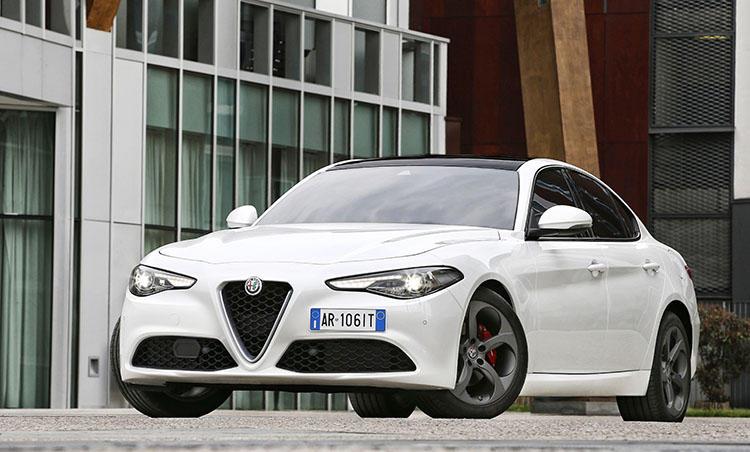 <strong>アルファ ロメオ ジュリア<br />446万円〜</strong><br />アルファ ロメオが久方ぶりに復活させたFR駆動の4ドアセダン。デザインも素晴らしいがやはりアルファの真骨頂はその走り。速さ、エンジンサウンド、そして操る楽しさと、イタリア車の原点を感じさせてくれる。500万円以下では2リッターモデルが購入可能。