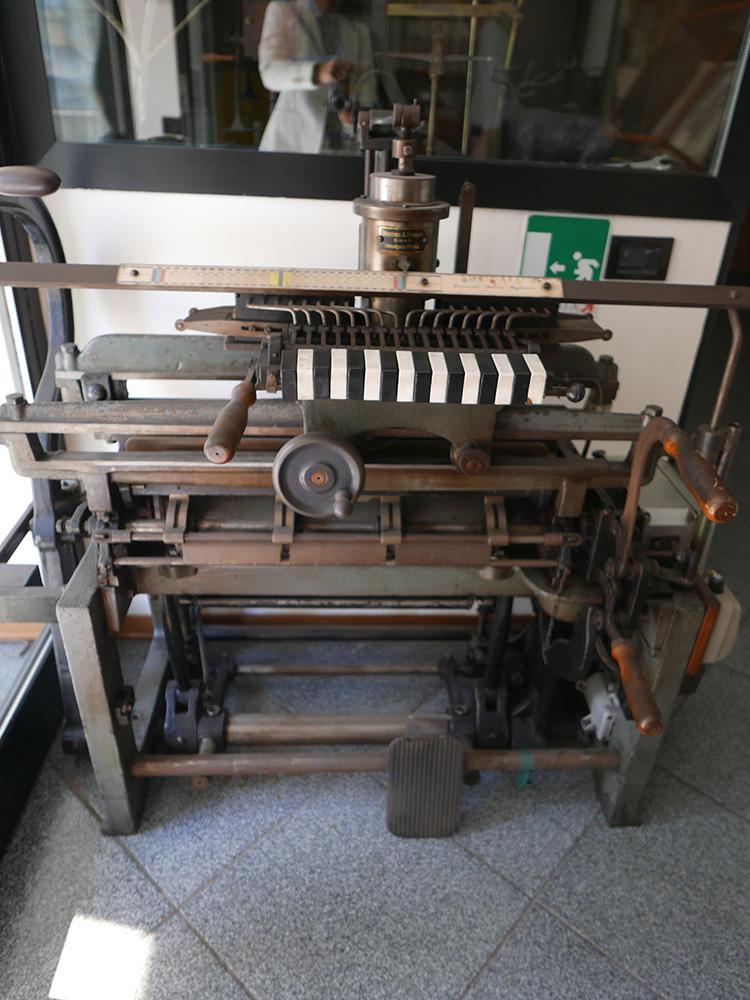 昔の織機も大切に保管されている。
