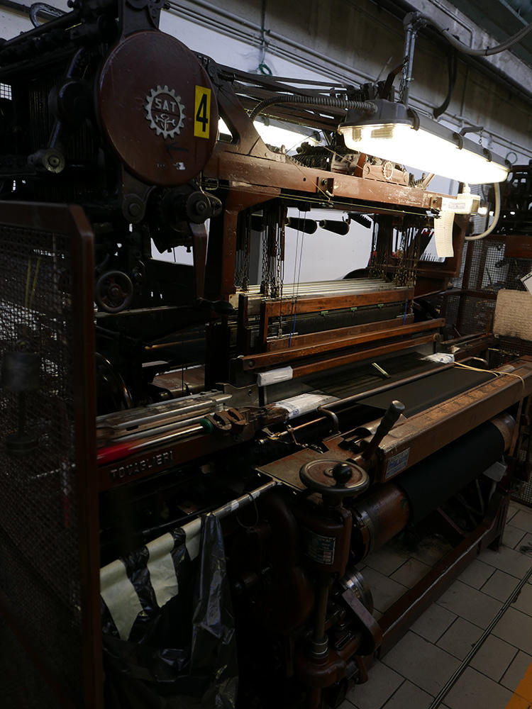 これが100年以上前から使われている旧式のガルザ織機。