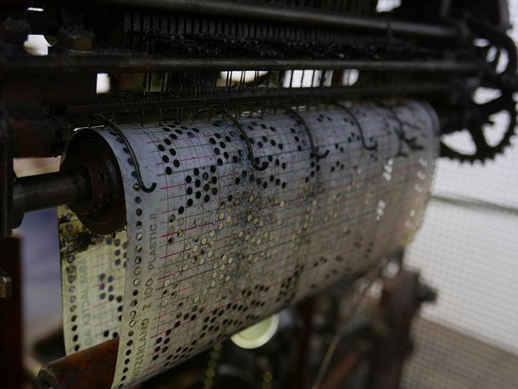 プログラミングも、コンピュータではなく、このように穴の開いた紙がプログラム用紙の役割を果たしている。