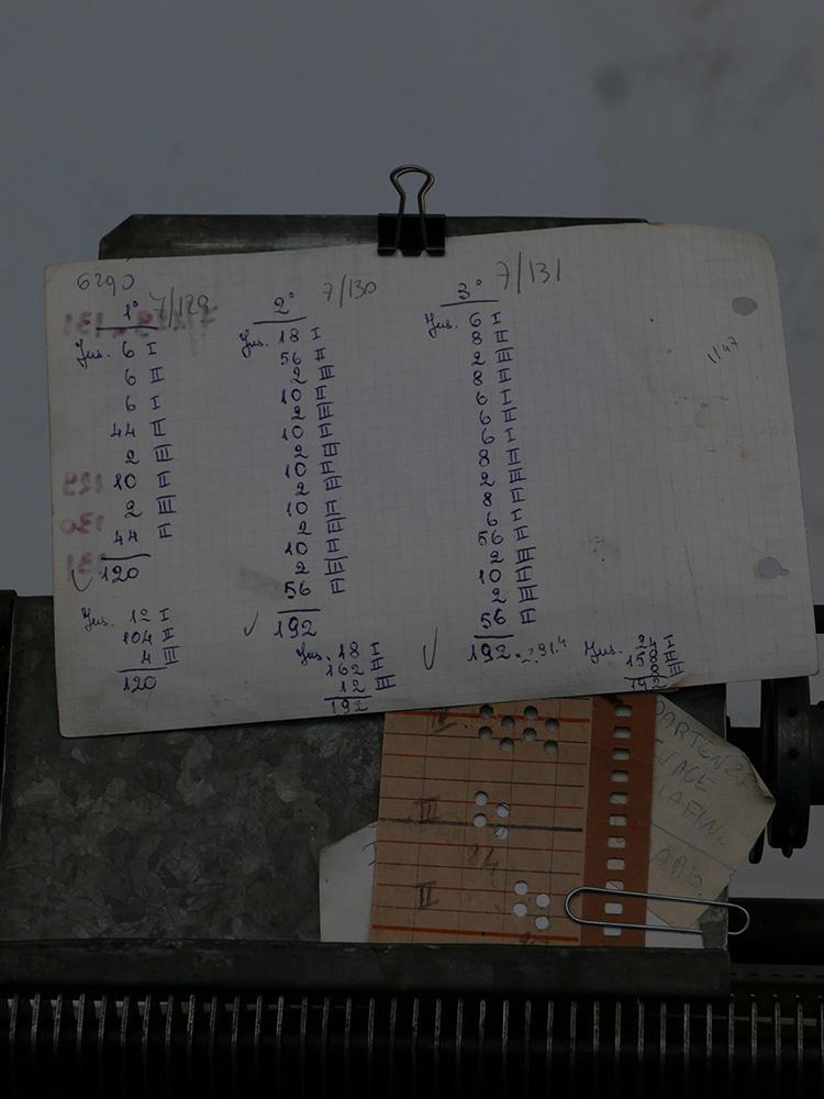 数字で織りの流れをカウントしていた。