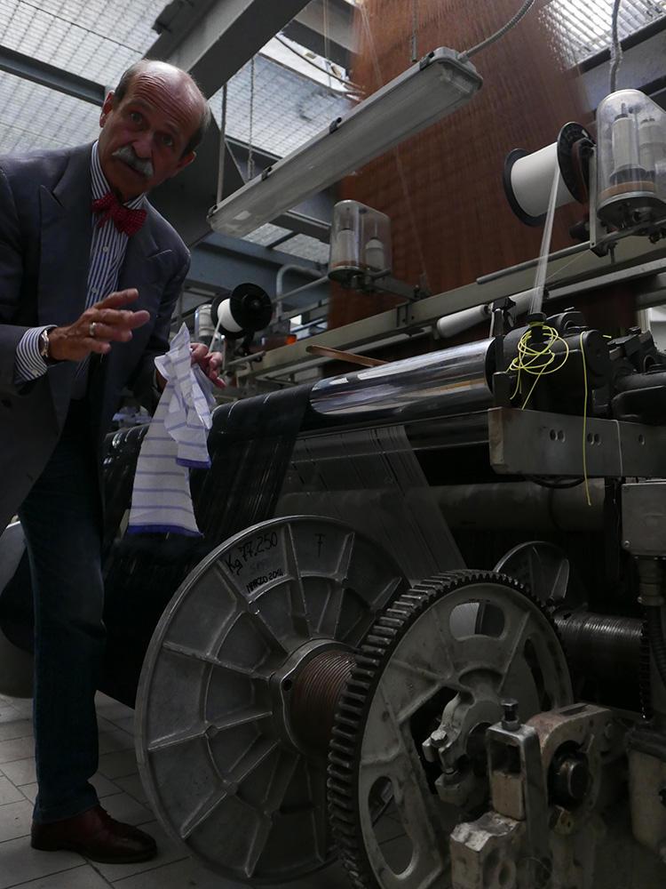 ネクタイの織り方を熱心に解説してくれたオットさん。