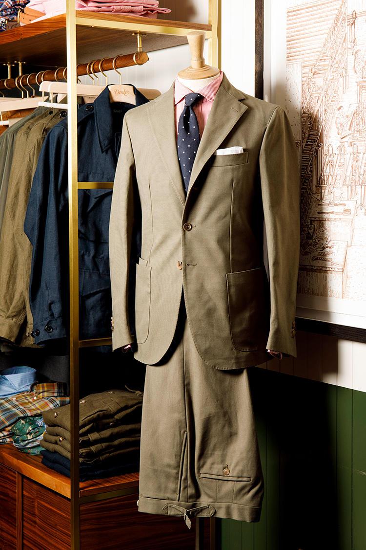 カーキのコットンスーツに赤系シャツ、ネイビードットタイ。取材時のマイケル・ヒルさんのシャツ&ネクタイもこうしたコントラストを利かせた組み合わせだった。