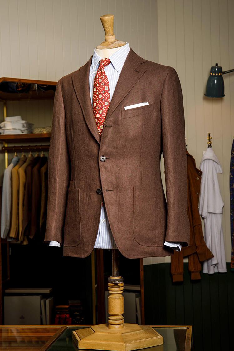 オックスフォードBDシャツの襟のボタンを外して、ここにもあえて力強い柄のネクタイ。ブラウン×オレンジという配色も夏らしくて◎。