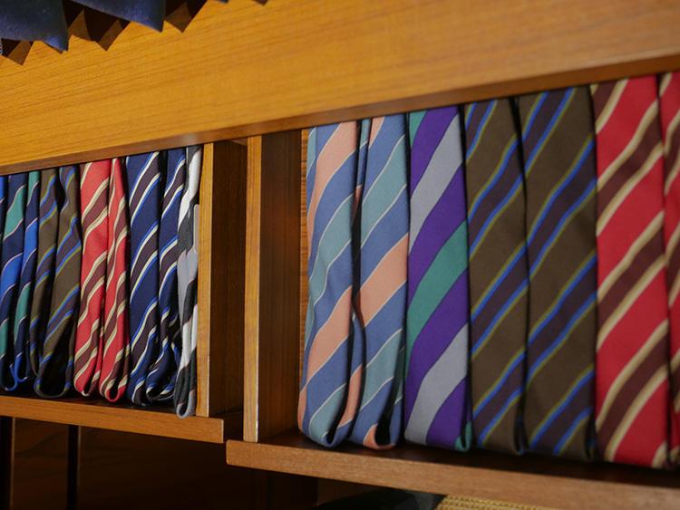 色柄が独特なシャルベのネクタイ。