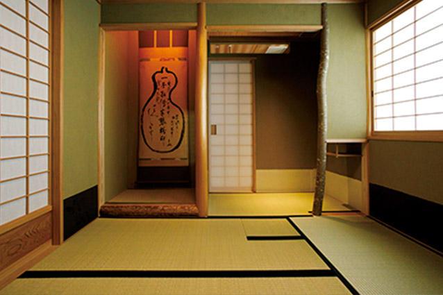 夜は個室として使えるお茶室もあり。