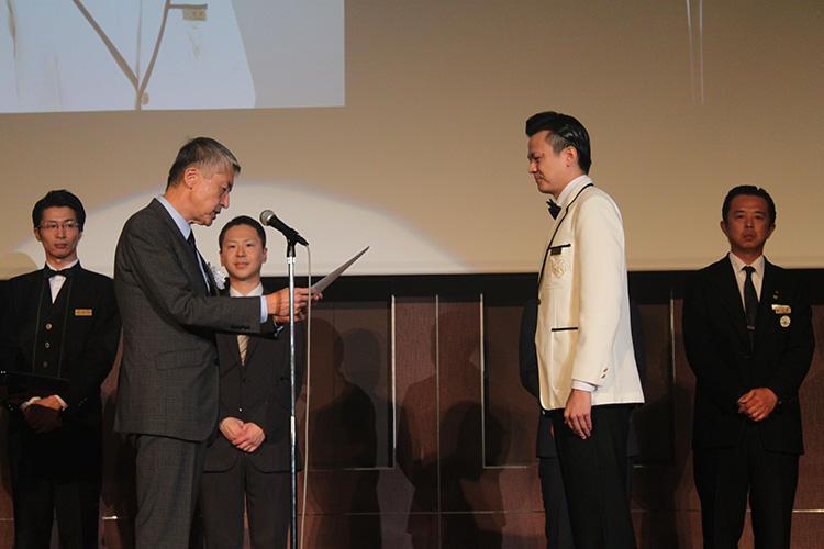 表彰式の様子。実は和栗さん、今回の参加バーテンダーの中では26歳と最年少だった。