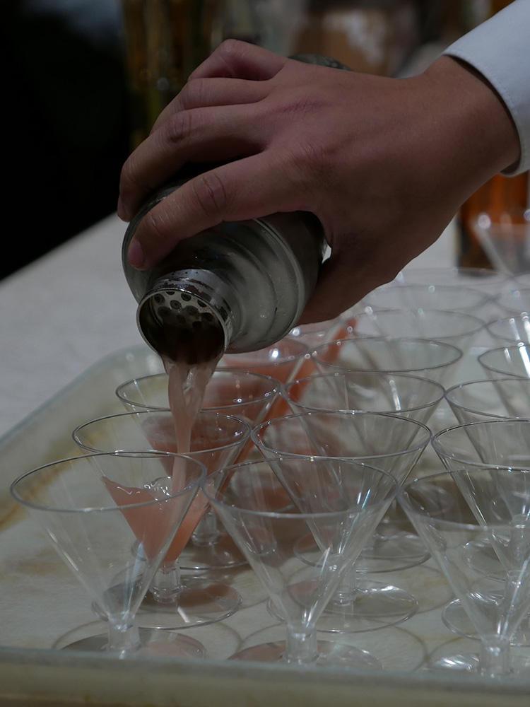 200人分以上のカクテルを、どんどん作りミニグラスに注いでいく