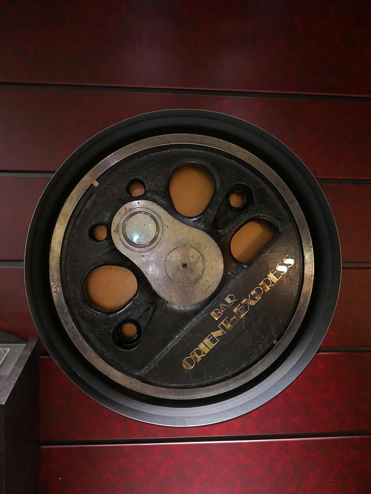 本物の列車の車輪が壁のオブジェになっている。