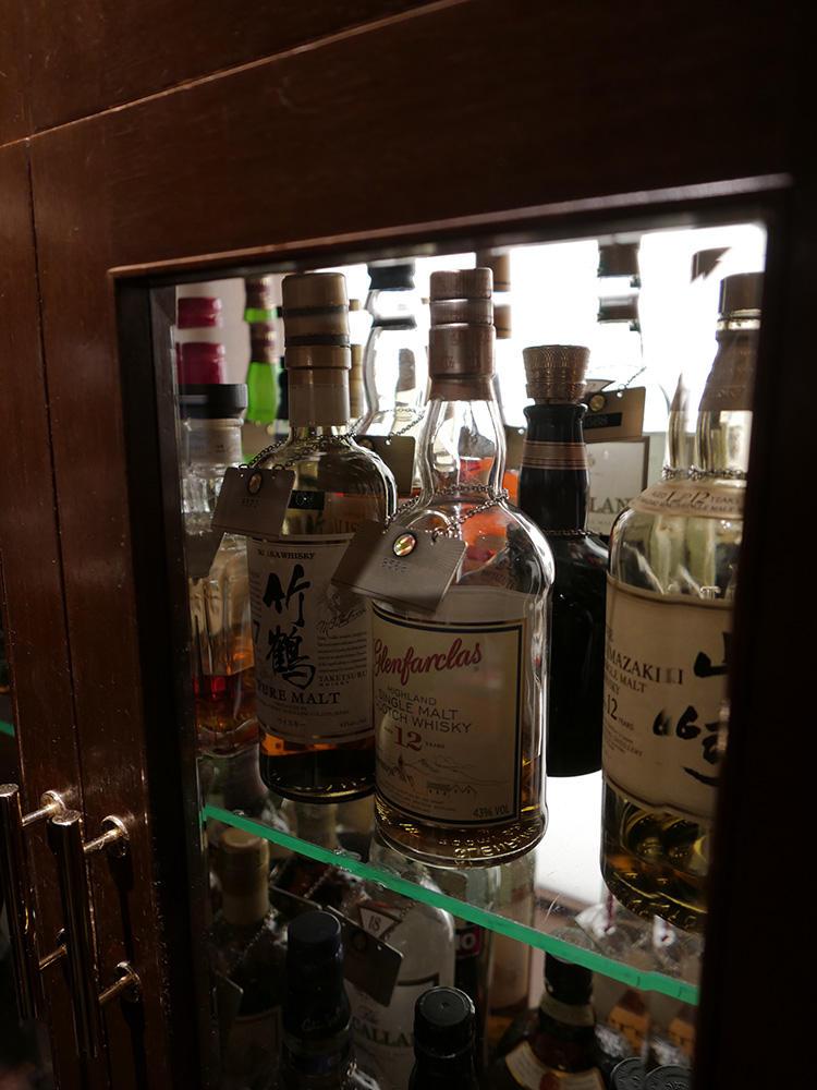 キープボトルは、実名でなくシリアルNo.で管理されている。年代モノのウイスキーもたくさん!