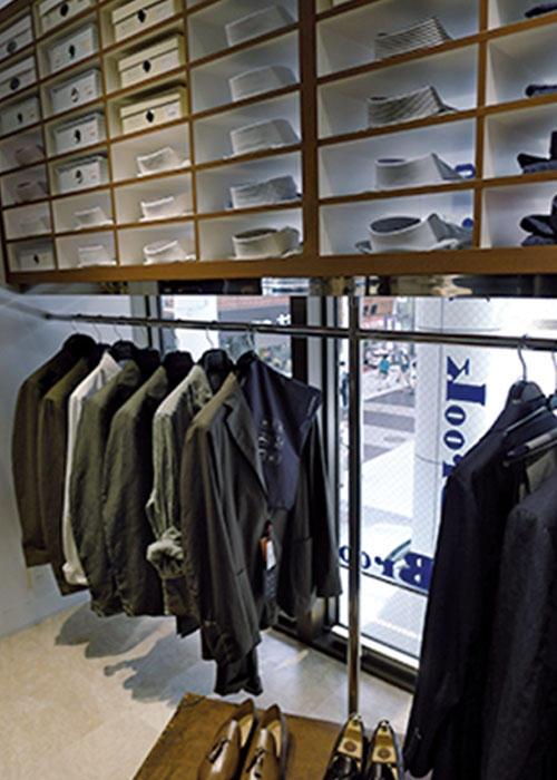 別注の「ジャコメッティ」のタッセルスリッポンや、「フィナモレ」のシャツなどが並ぶ。