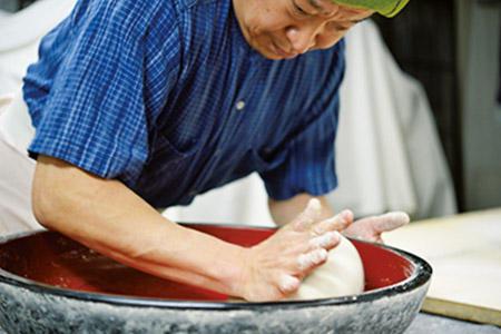 館主の花岡貞夫さんは無類の蕎麦好き。十割蕎麦を打ち、客に振る舞う。「25年やっても満足いかない」と謙遜するが、噛めば噛むほど甘みが出る逸品。
