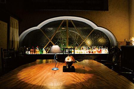 バーには館主が厳選したアイラモルトやワインなどが揃う。
