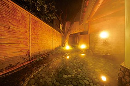 大浴場は露天風呂付き。1泊2食付 1名 1万5500円〜(2名1室利用時)