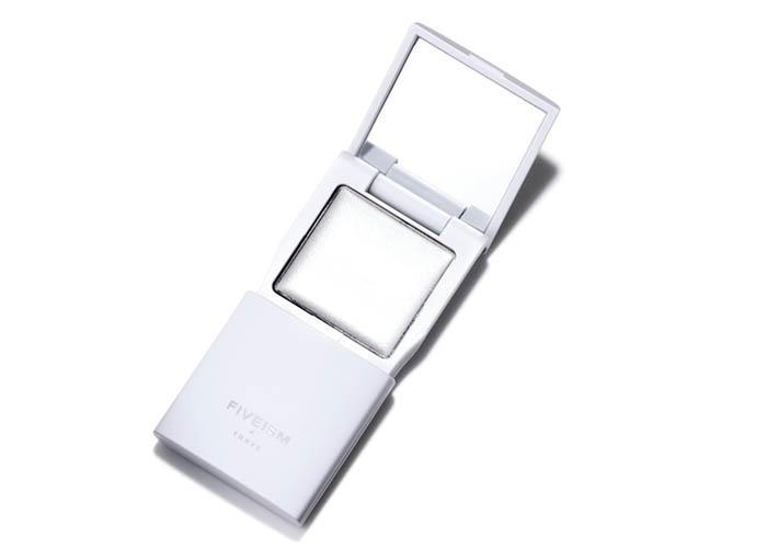 <b>目ヂカラ演出に</b><hr>男性用アイシャドウまで登場。写真のパールはギラつかないのに目元を瞬時に明るくしてくれるスグレモノ。全6色。FIVEISM × THREE アイシェード トランス 2g 3500円(FIVEISM × THREE)